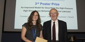 Duncan Dowson, Pr. Emérite de l'Université de Leeds, remet le prix à Pauline Cusseau.