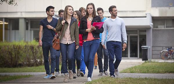 Groupes d'étudiants sur le campus