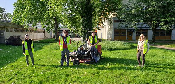 Cindy Maleysson, assistante administrative au SIDD, Lucas Feront et Guillaume Maistre-Bazin, deux jardiniers en service pendant le confinement, et Loïs Guillot, directrice du SIDD